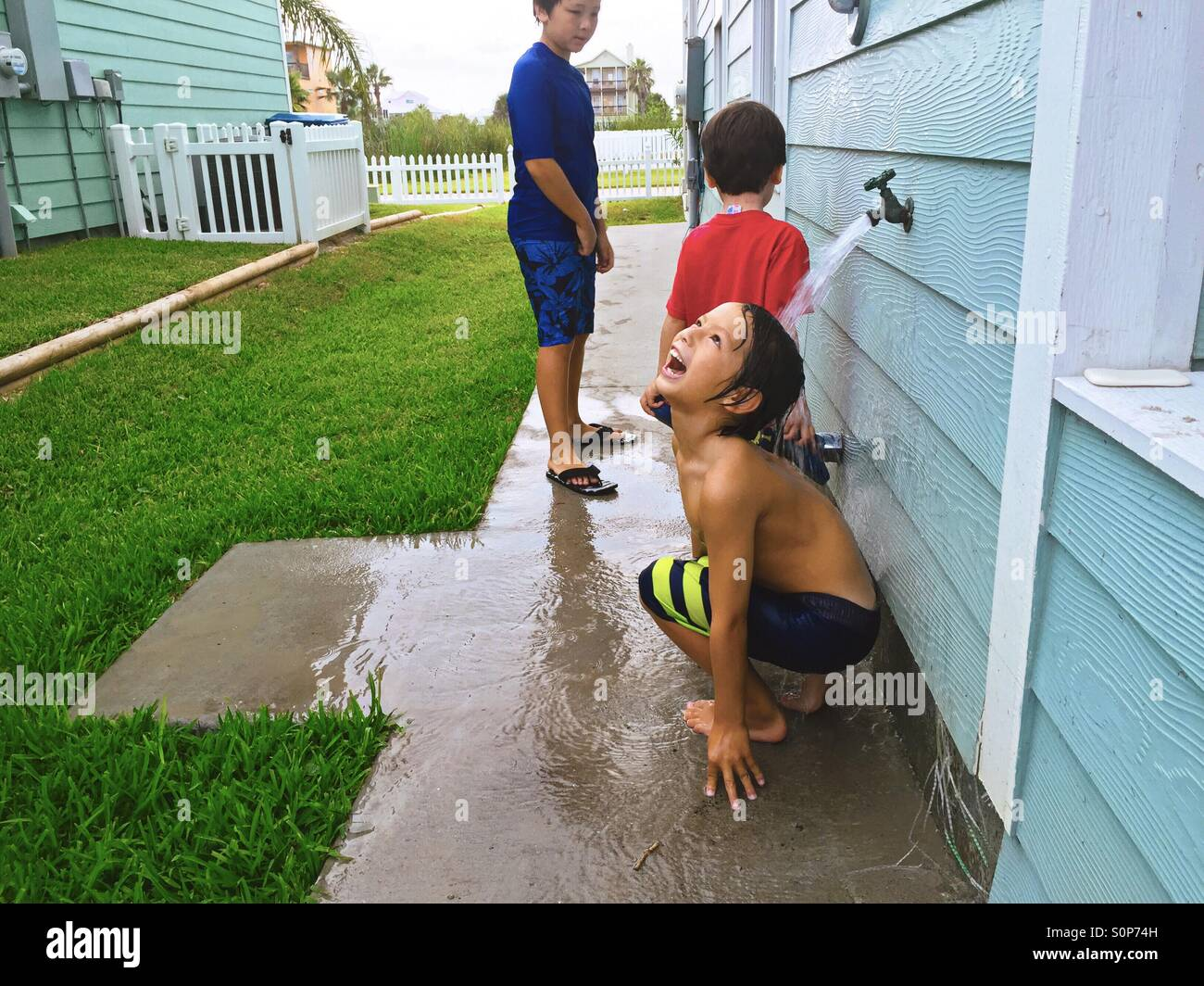 Les garçons rincer après la baignade. Jouant dans l'eau. Banque D'Images