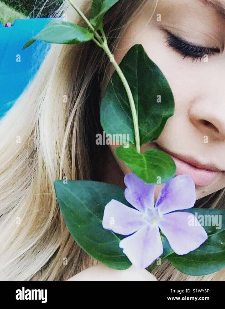 Fille avec une fleur pourpre Photo Stock