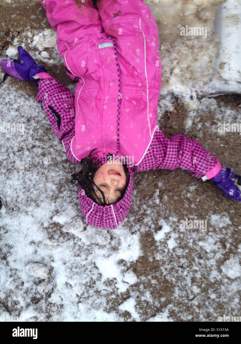 Fille profiter de la première neige. Photo Stock