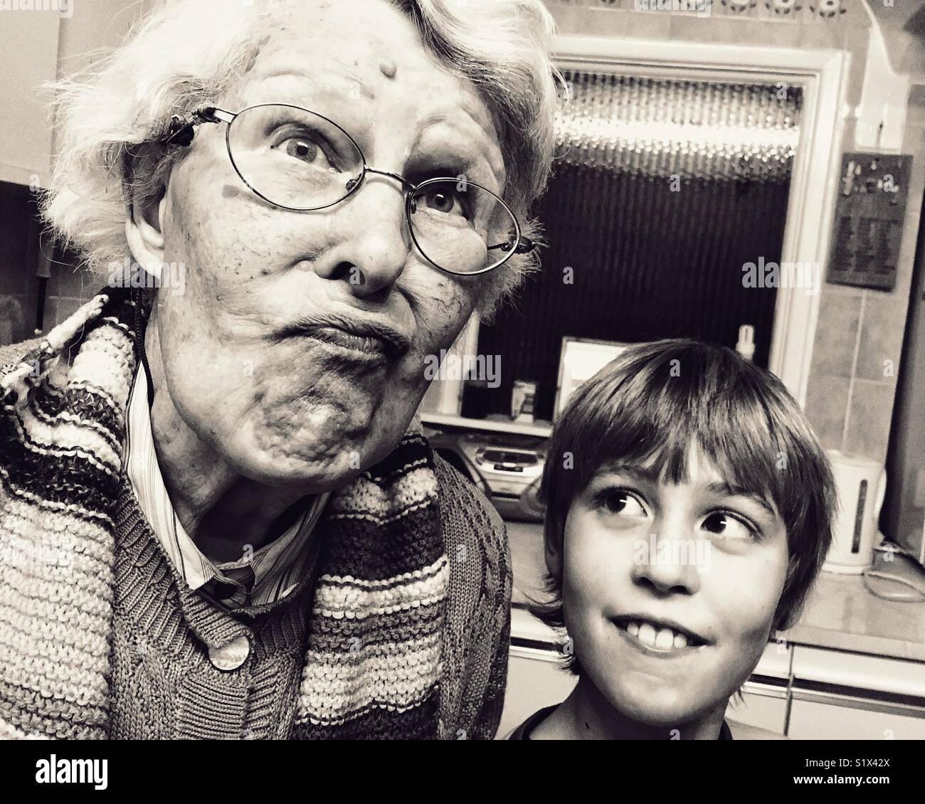 Vieille dame et les jeunes cont Photo Stock