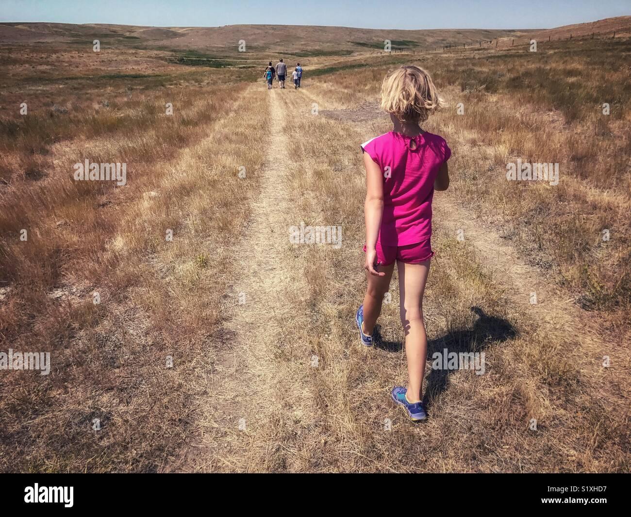 Des randonnées d'une fille par l'vivement prairies du sud de la Saskatchewan, Canada, jusqu'à Photo Stock