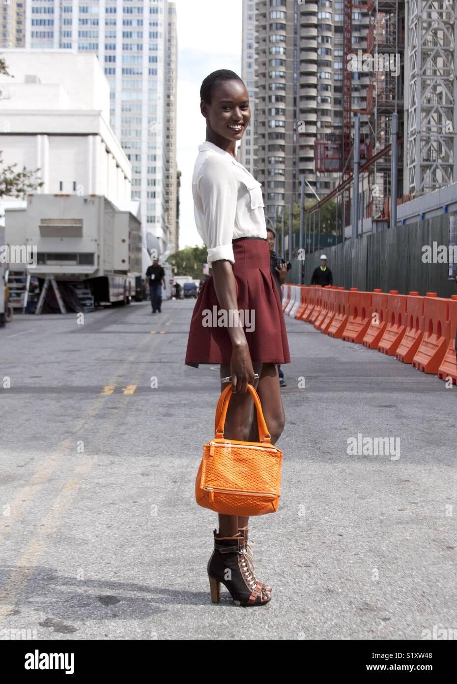 Belle black fashion street style du modèle au cours de la fashion week de New York Photo Stock