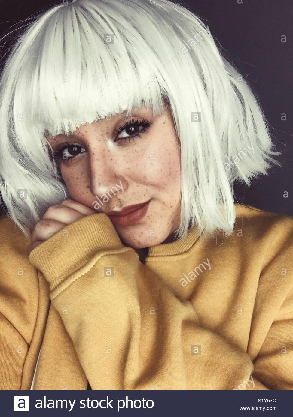 Jeune fille aux taches de rousseur et les cheveux blancs. Photo Stock