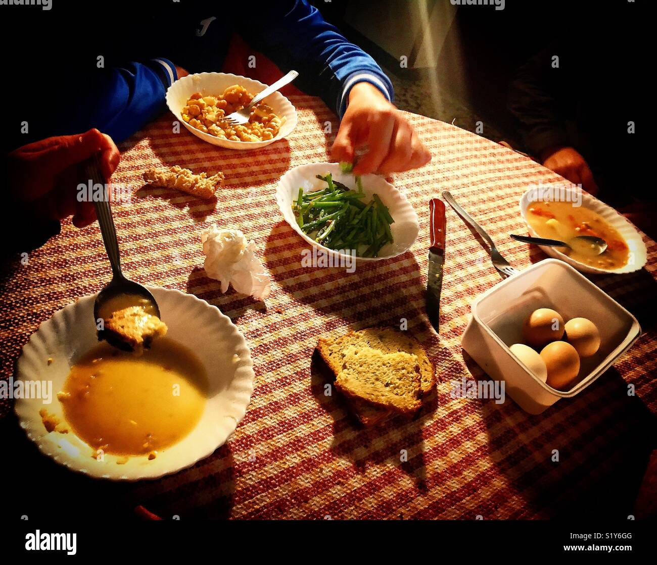 Les gens mangent dans un foyer en Prado del Rey, Cadix, Andalousie Photo Stock
