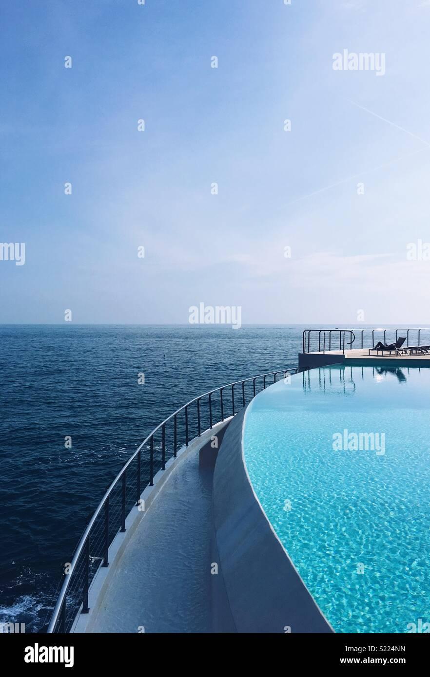 Piscine de l 39 h tel au bord de la mer dans le sud de la for Hotel au bord de mer