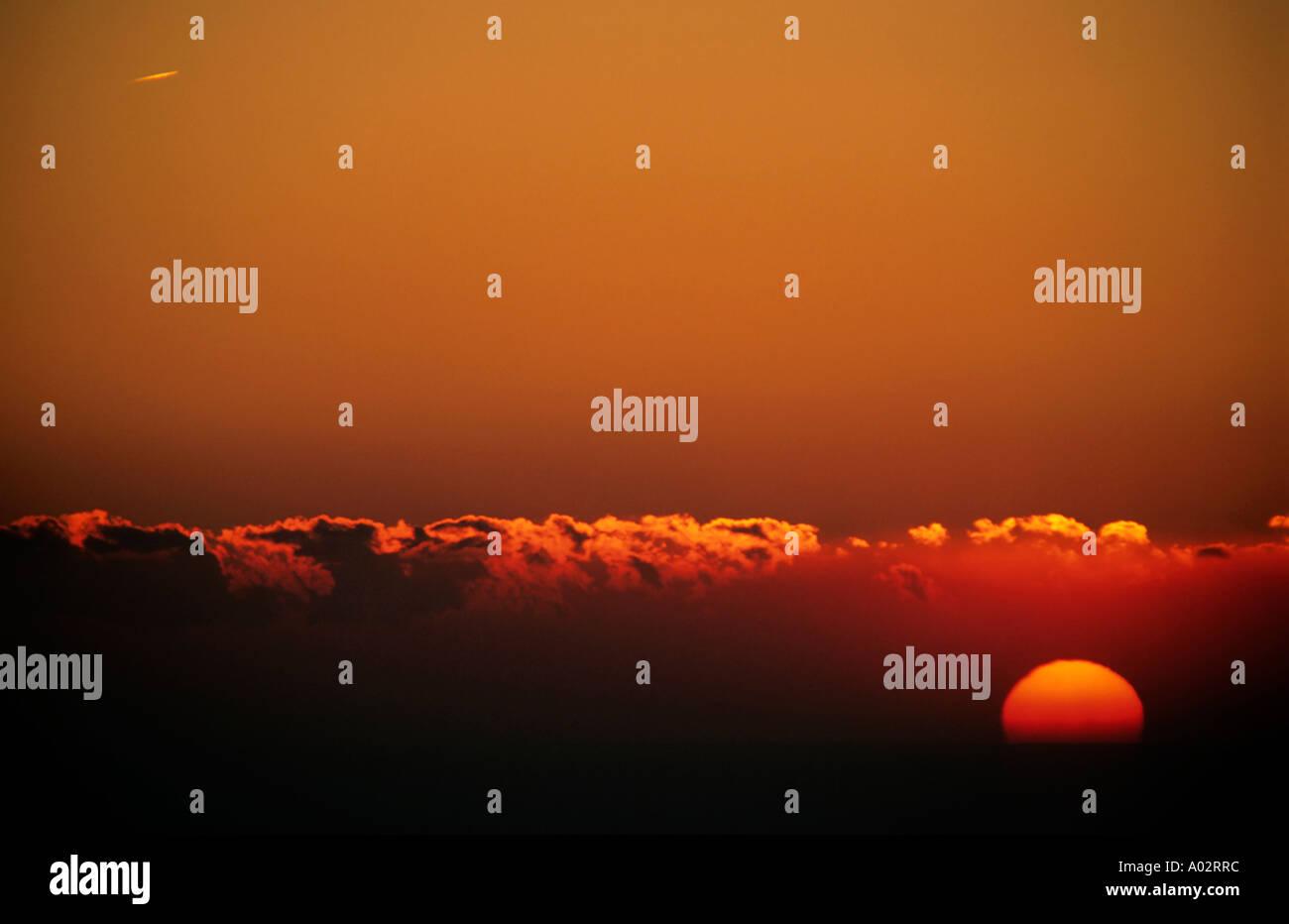 Francia Provenza dal capo canaille un variopinto cielo rosso e la corona di sole al tramonto Immagini Stock