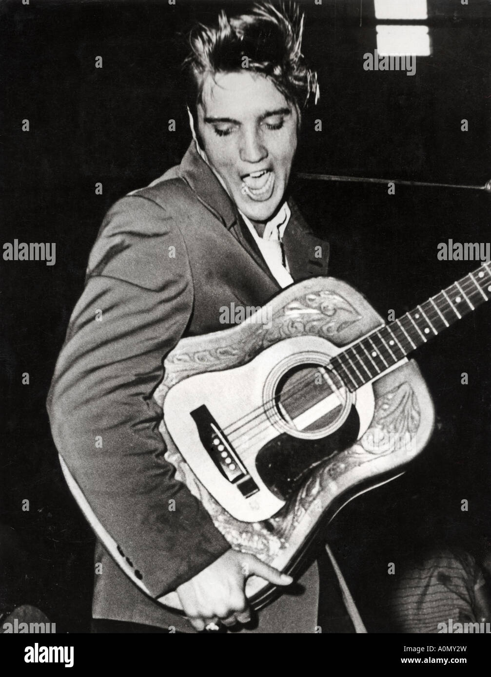 ELVIS PRESLEY in St Petersburg Florida durante un tour autunnale di one night stand con il Blue Moon Boys nel 1956 Immagini Stock