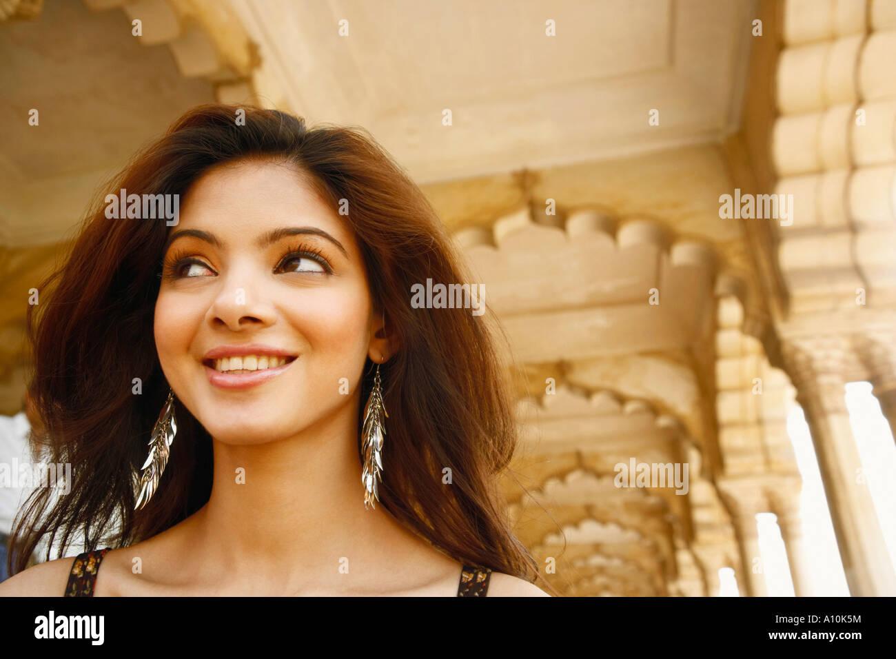 Close-up di una giovane donna sorridente, al Forte di Agra, Agra, Uttar Pradesh, India Immagini Stock