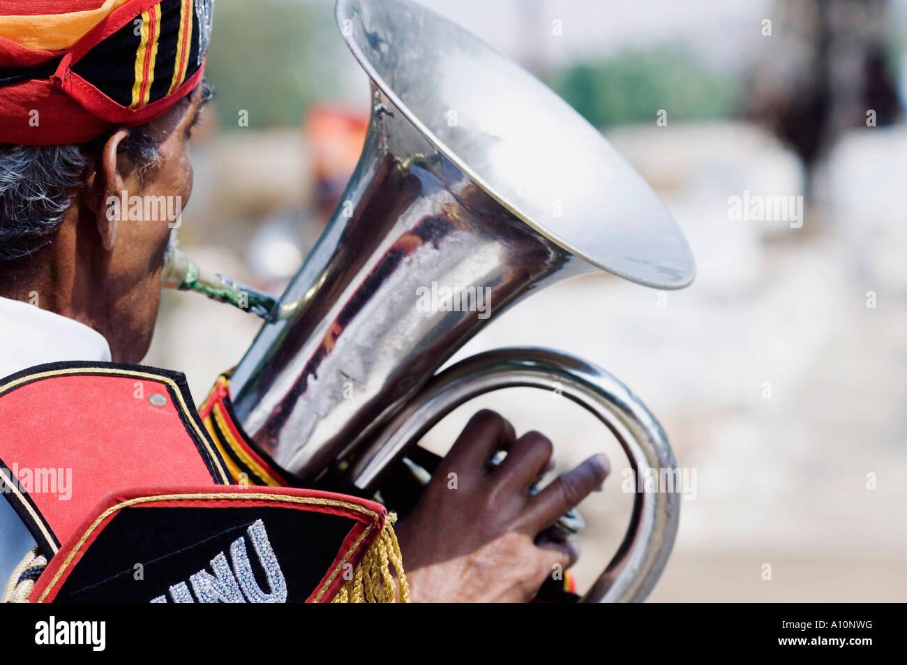 Vista posteriore di un uomo la riproduzione della tuba, Jaipur, Rajasthan, India Immagini Stock