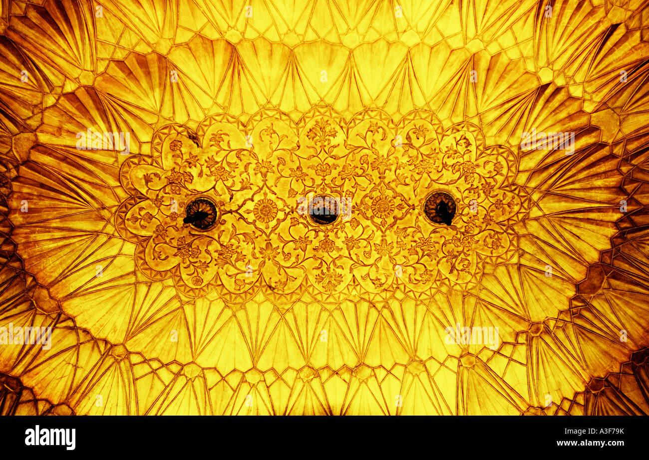 Basso angolo vista di un soffitto ornato di un monumento, Safdarjung tomba, New Delhi, India Immagini Stock