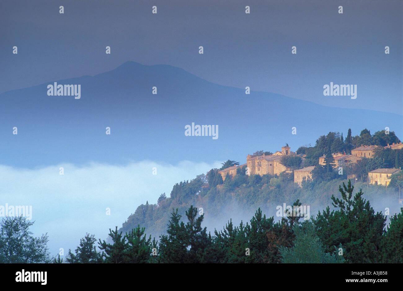 Il Monte Amiata e il Villaggio in Toscana Italia Immagini Stock