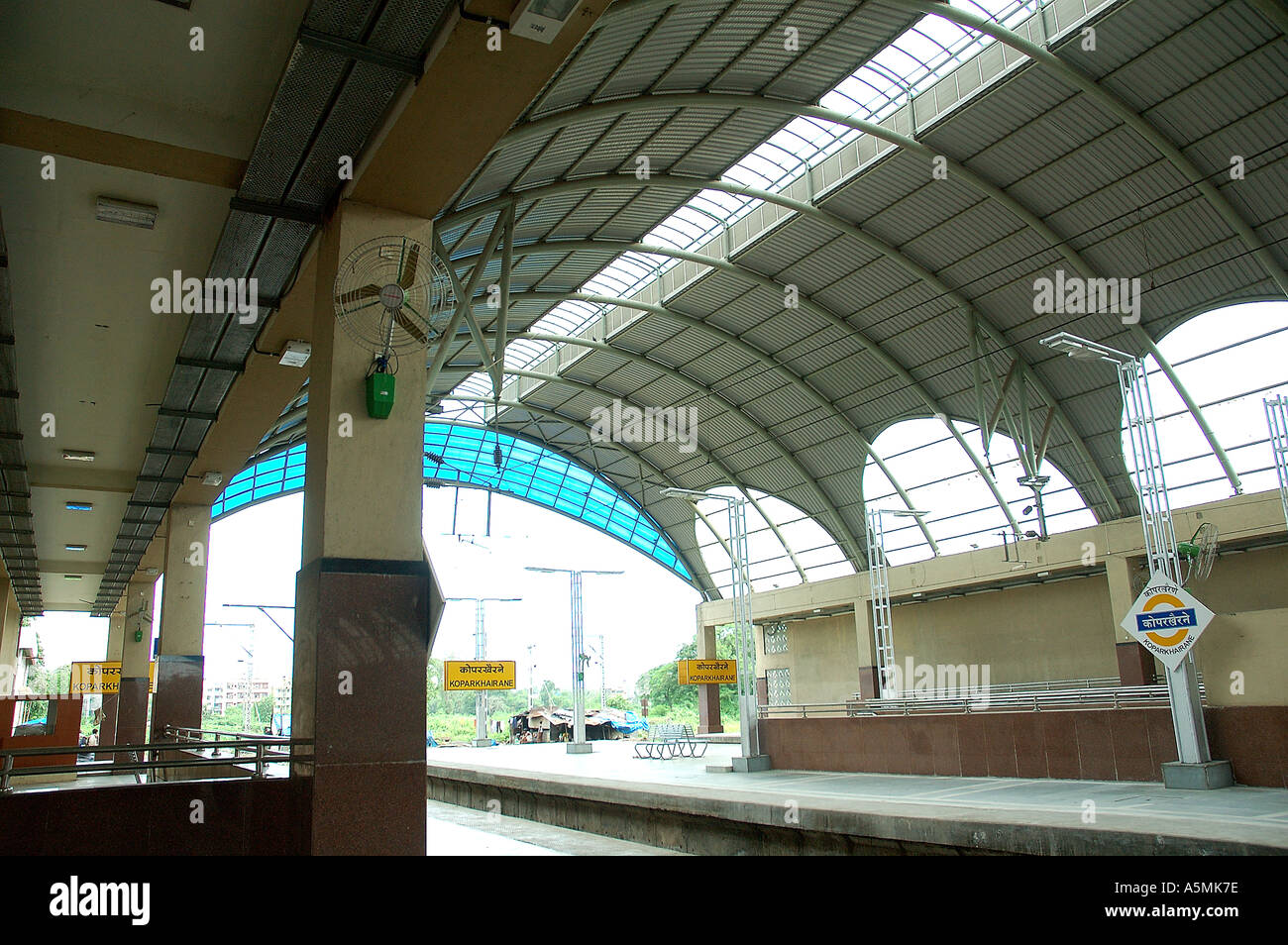 RAJ98892 nuova e moderna di Capodistria khairne Stazione ferroviaria Navi Mumbai Bombay Vashi Maharashtra India Immagini Stock