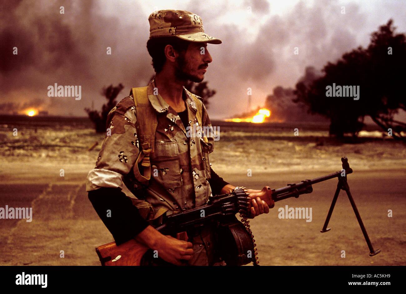 Gli incendi di olio in prossimità del confine iracheno in lacerato dalla guerra del Kuwait 1991 Immagini Stock