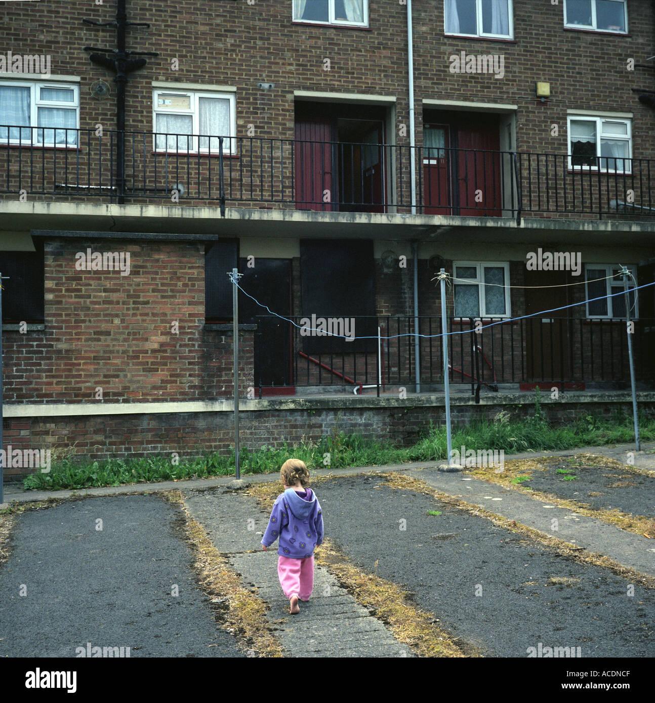 Una giovane ragazza che gioca in un consiglio estate in Bristol, Regno Unito. Immagini Stock
