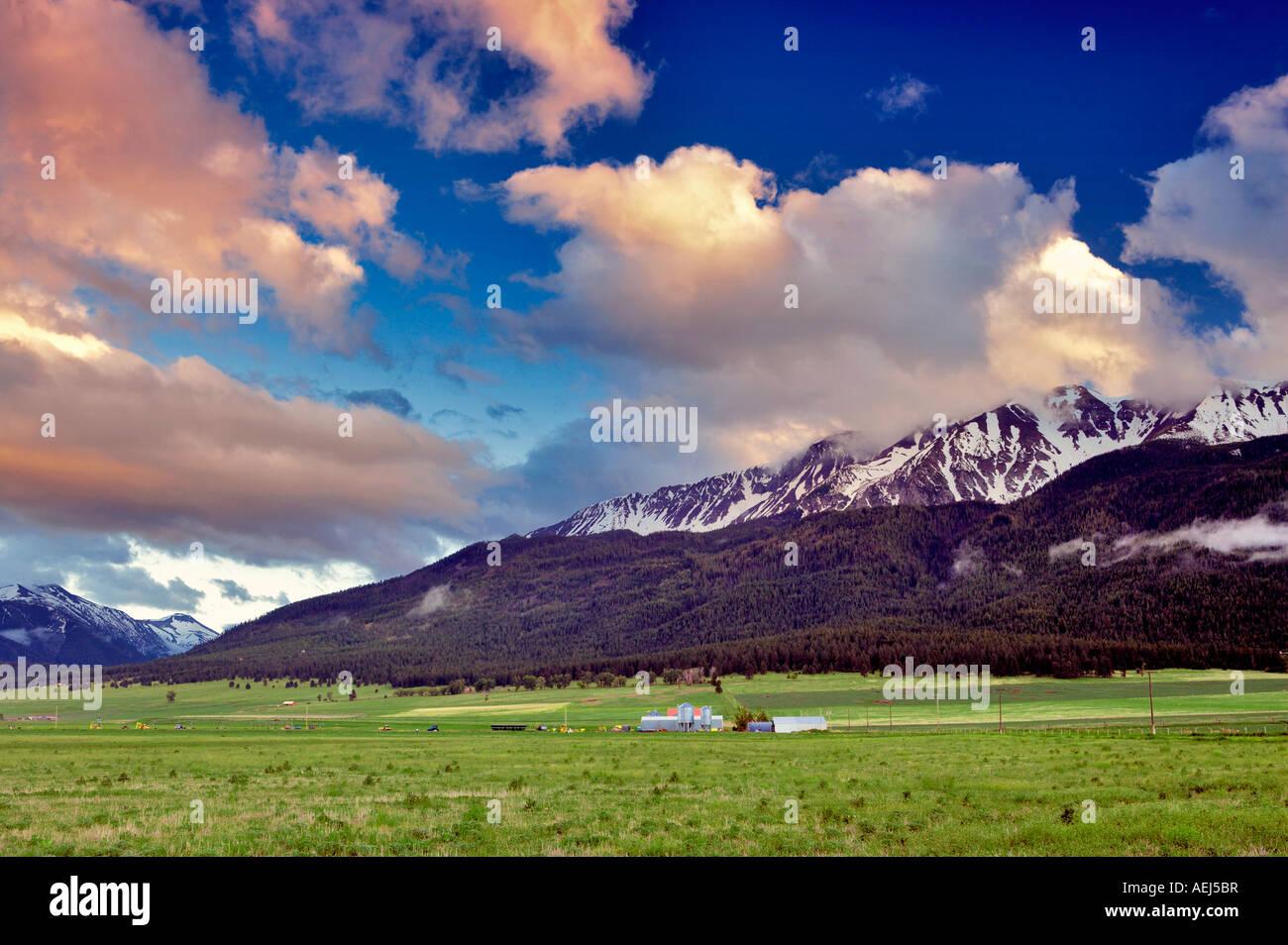 Terreni agricoli vicino a Giuseppe Oregon con il tramonto nuvole sopra le montagne Wallowa Immagini Stock