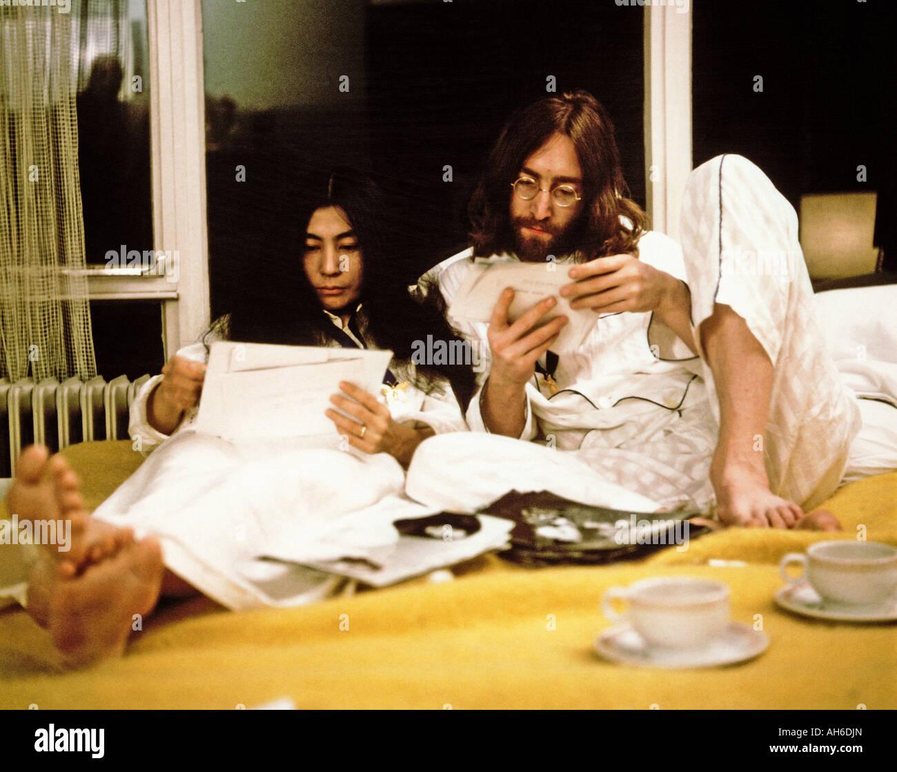 BEATLES John e Yoko durante la loro settimana di letto in per la pace presso la Queen Elizabeth Hotel di Montreal, Immagini Stock