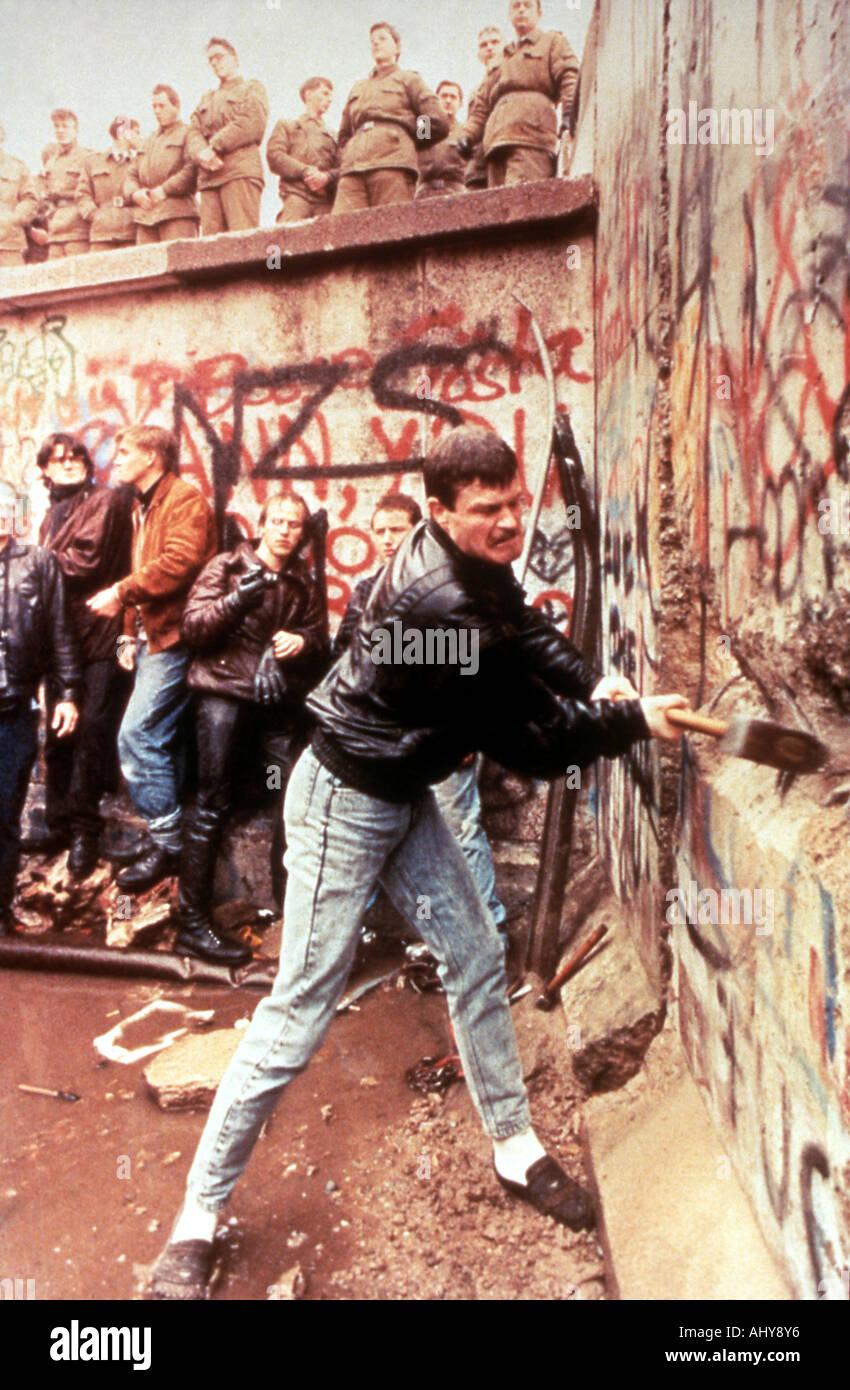Muro di Berlino Est guardie tedesco guarda su come il muro di Berlino è distrutto nel novembre 1989 Immagini Stock