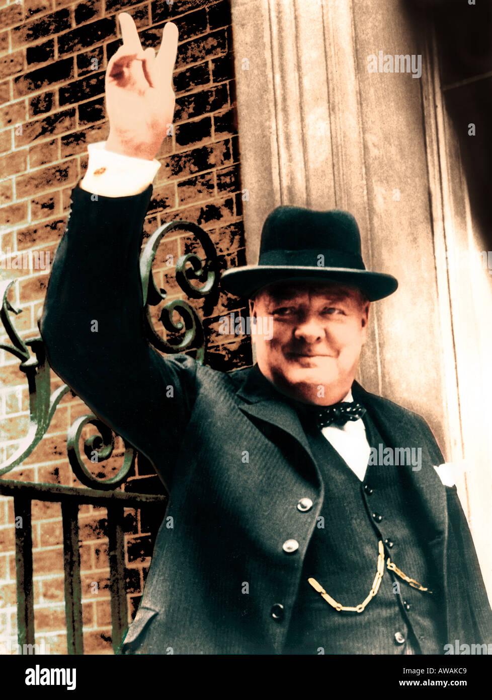 WINSTON CHURCHILL (1874-1965) del primo ministro britannico dà il suo V per la vittoria di firmare in aprile Immagini Stock