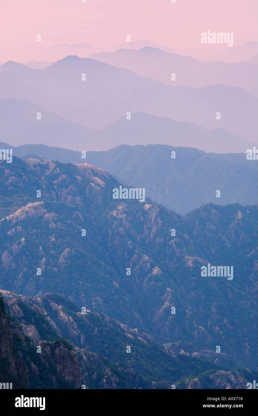 Nuvola Bianca Scenic Area, Huang Shan (gialle di montagna), il Sito Patrimonio Mondiale dell'UNESCO, provincia Immagini Stock