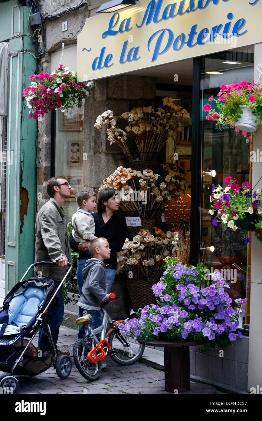 Luglio 2008 - Famiglia guardando un negozio di fiori nella città vecchia di Dinan Bretagna Francia Immagini Stock