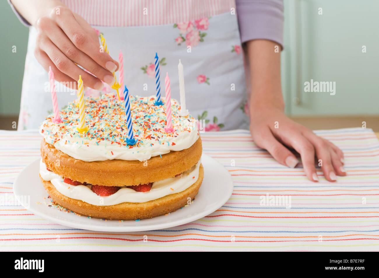 Donna con torta di compleanno Immagini Stock