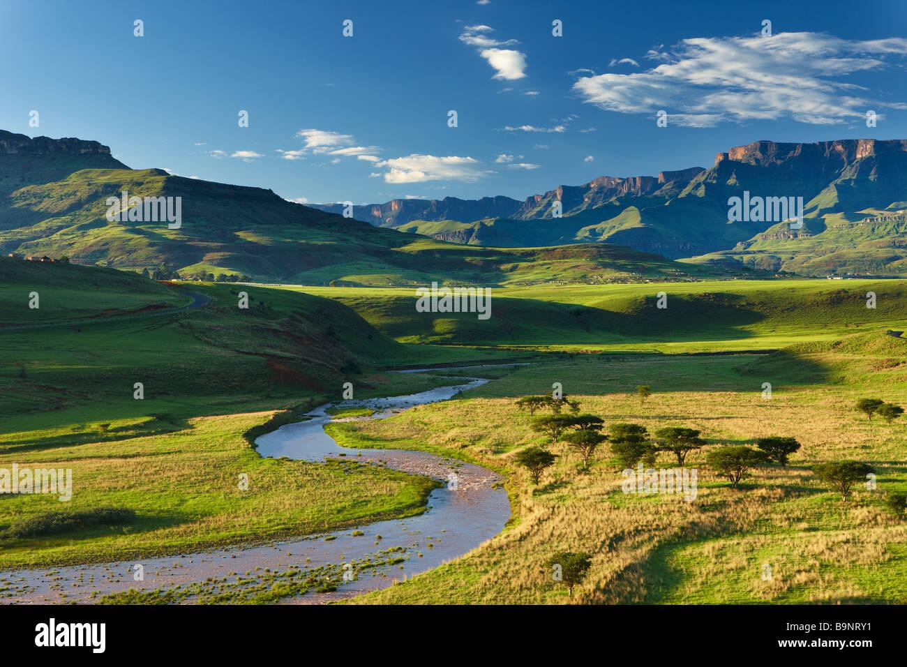 Il Tugela Valley con i monti Drakensberg oltre, KwaZulu Natal, Sud Africa Immagini Stock