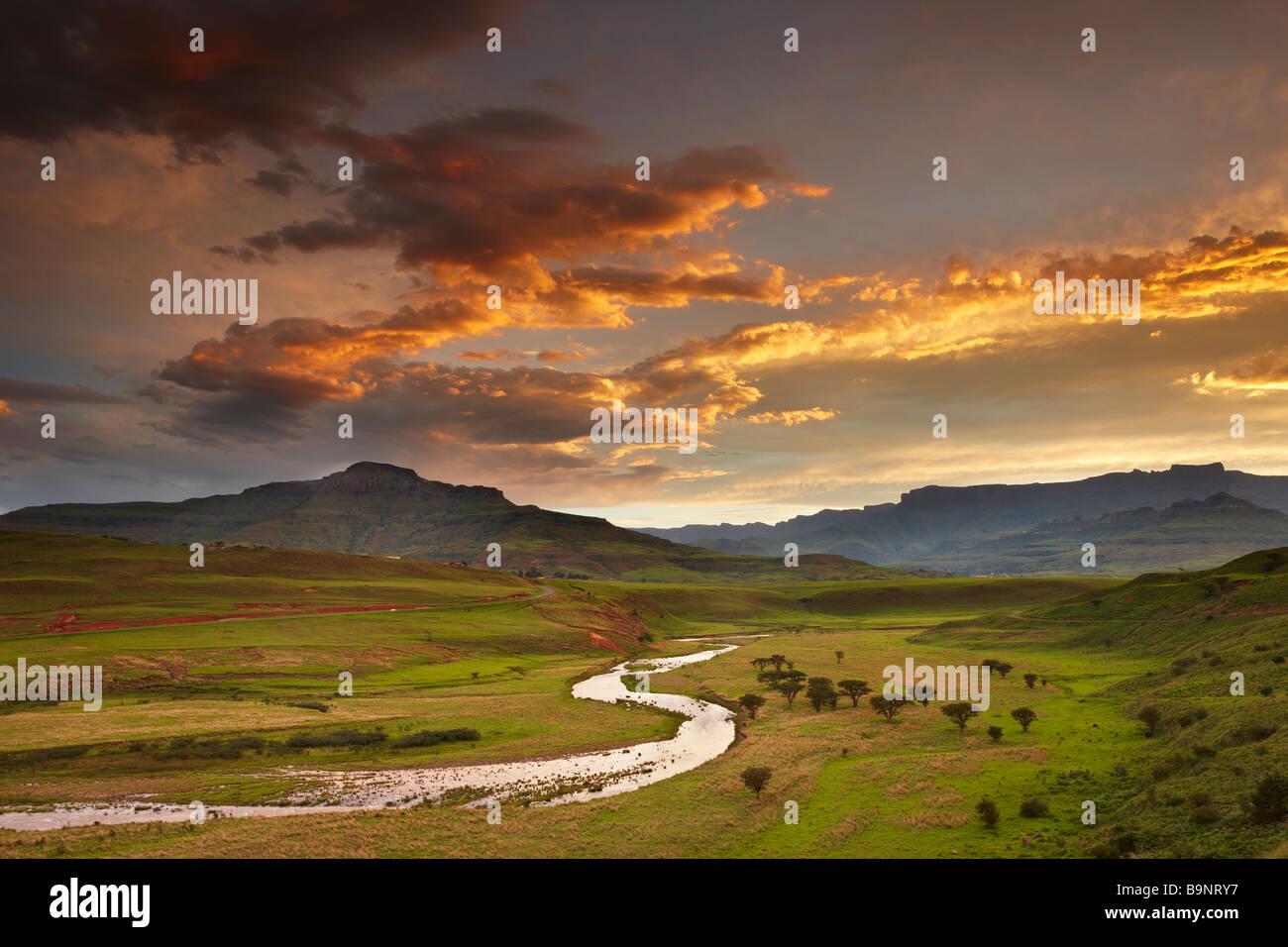 Tramonto cielo sopra la valle di Tugela con le montagne Drakensberg oltre, KwaZulu Natal, Sud Africa Immagini Stock