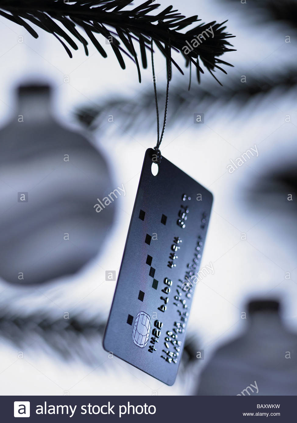 Close up di carta di credito ornamento di Natale su albero Immagini Stock
