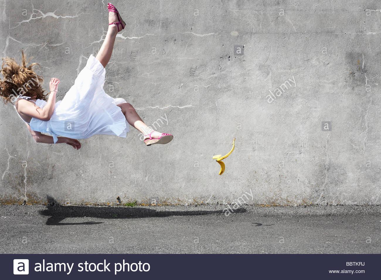 Ragazza scivolando su una banana Immagini Stock