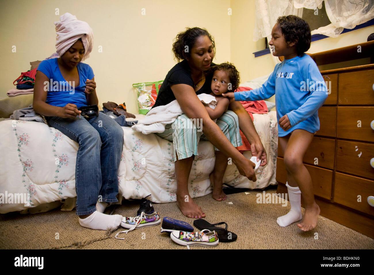 Selena Pina, una casa madre di quattro, ottiene il suo bambini vestiti per la scuola presso la famiglia promette Immagini Stock