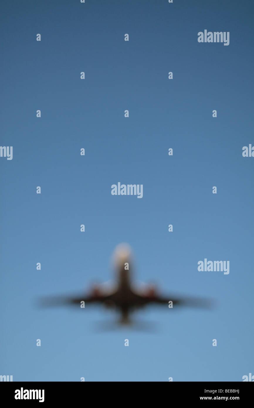 Un fuori fuoco immagine di un piano in arrivo per atterrare sulla pista Sud presso l'aeroporto di Heathrow, Immagini Stock
