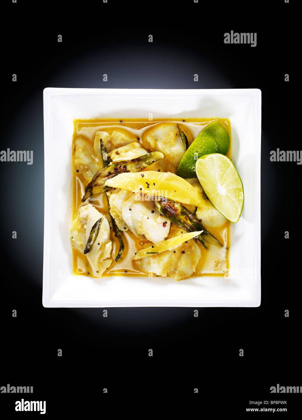 Alleppey pesce al curry, con peperoncino verde, rosso peperoncino, curcuma e crema di noce di cocco Immagini Stock