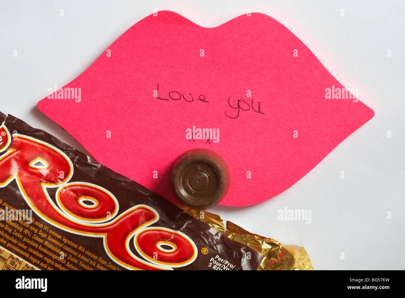 Ti amo - l'ultimo rolo - Love you xx scritto sulle labbra rosa post-it con l'ultima rolo del pacchetto impostato Immagini Stock