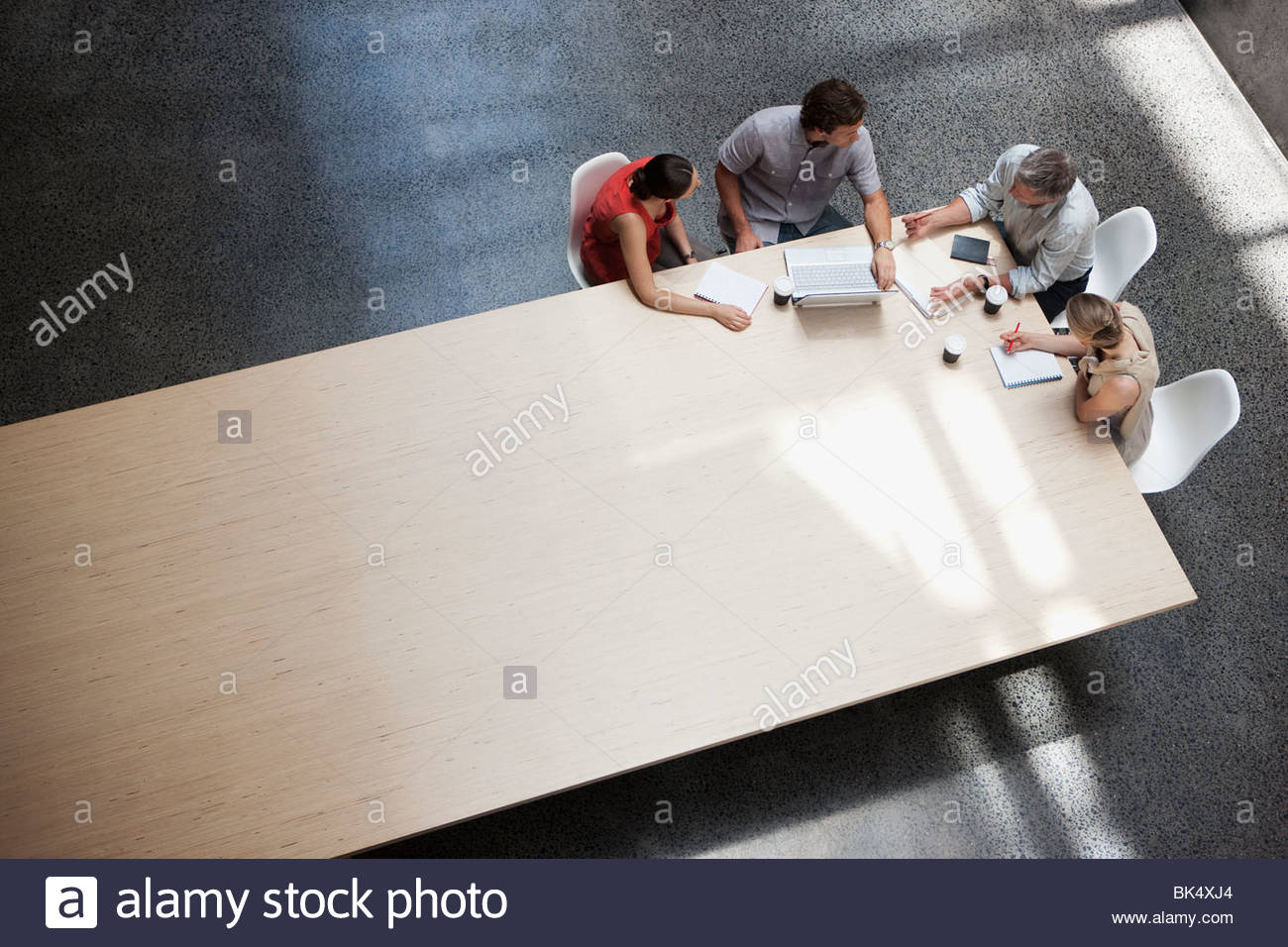 La gente di affari incontro al tavolo da conferenza Immagini Stock