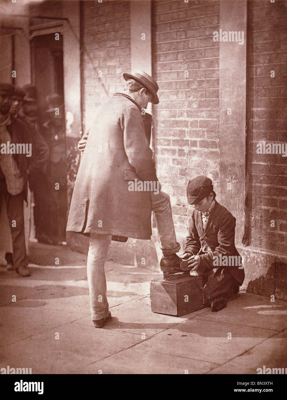 Il drammatico Shoe-Black, da John Thomson. Londra, Inghilterra, fine del XIX secolo Immagini Stock