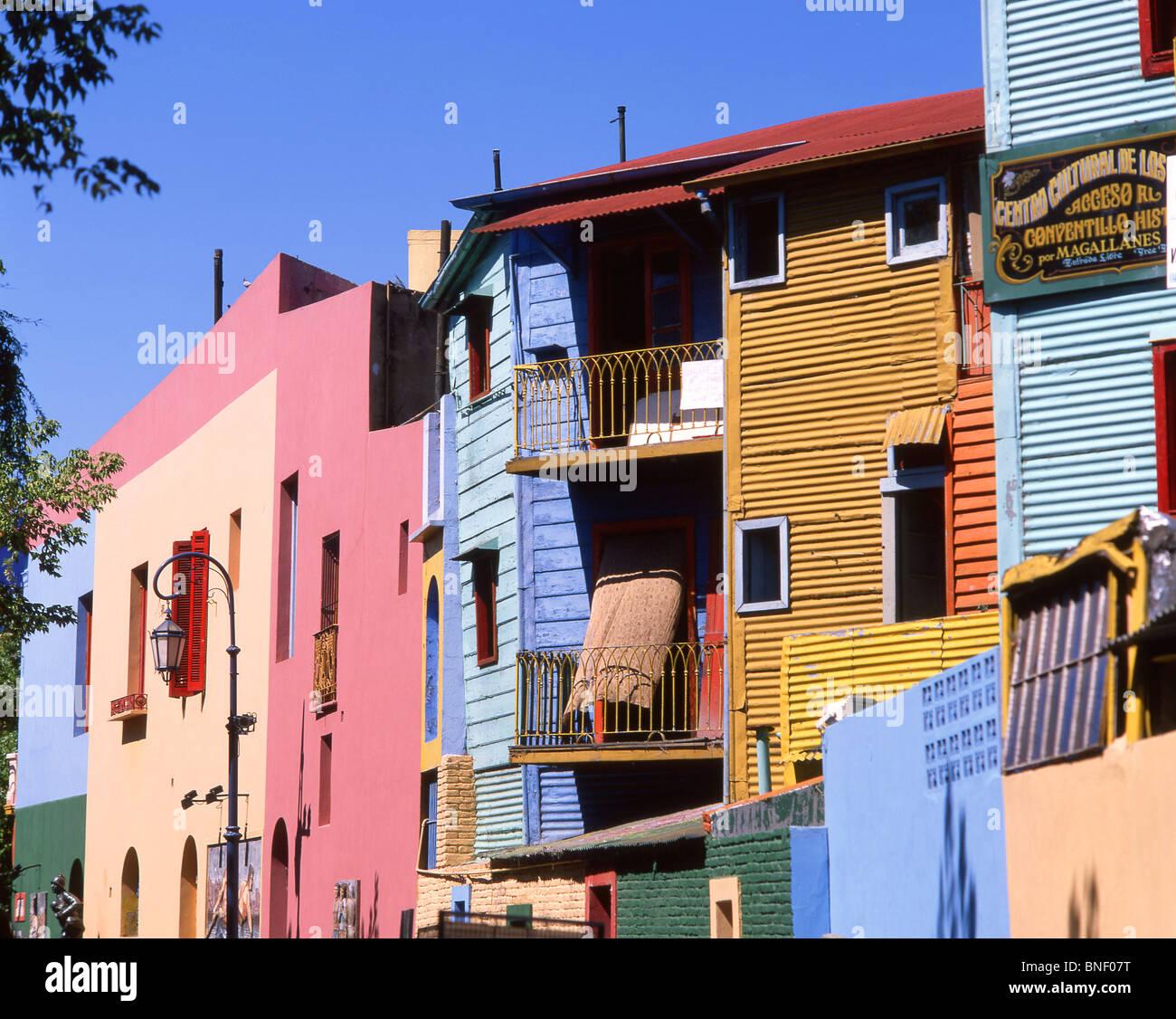 A tinte pastello di edifici colorati, Caminito Street, La Boca, Buenos Aires, Argentina Immagini Stock