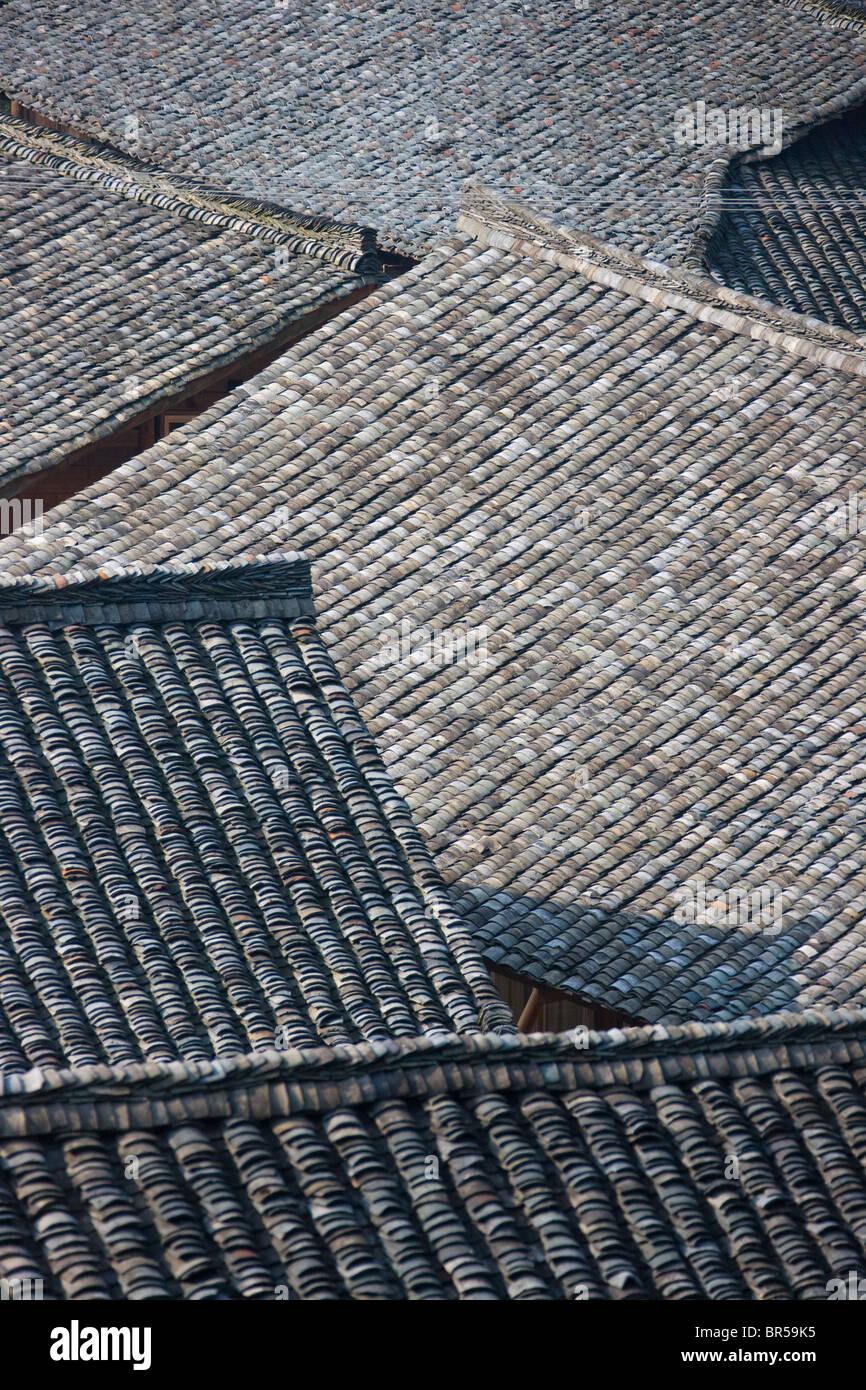 Piastrelle nere del tetto della casa di villaggio, Longsheng, Guangxi, Cina Immagini Stock