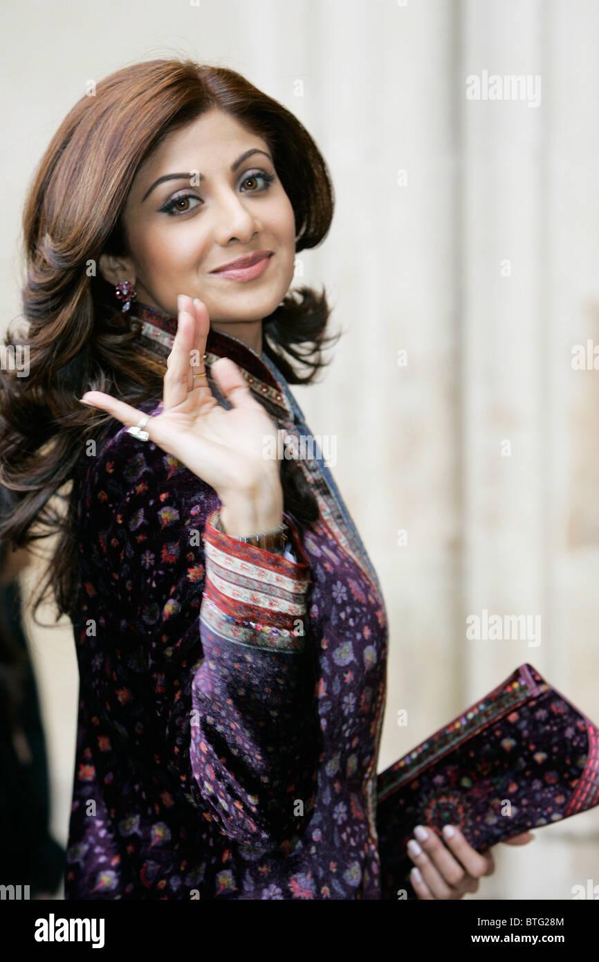 Shilpa Shetty Indian film attrice star di film di Bollywood indossa sherwani in velluto per il Commonwealth servizio Immagini Stock