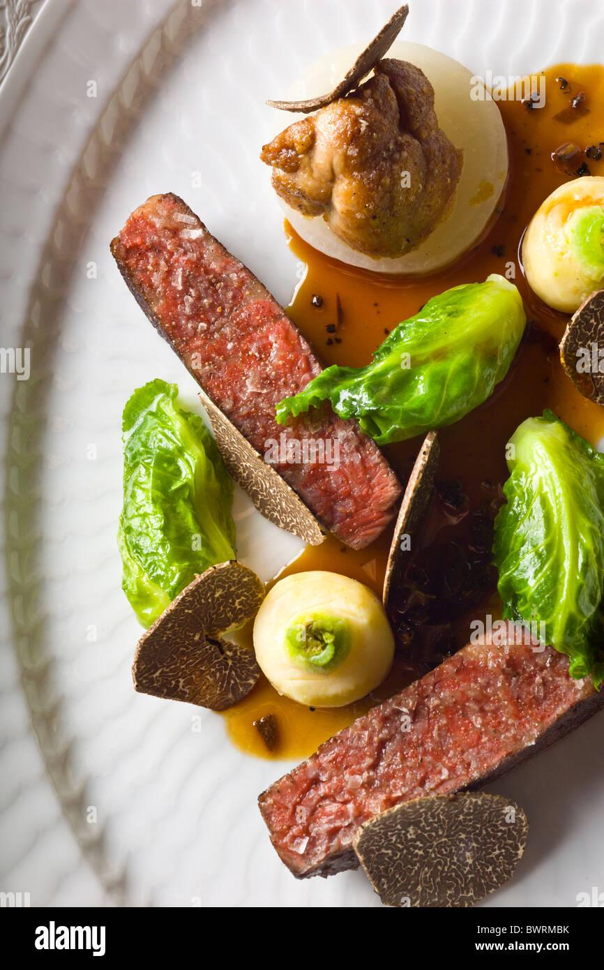 Carni bovine danesi con sedano, piccoli cavoli cappucci e verzotti di animelle e tartufo nero preparato da Kristian Immagini Stock