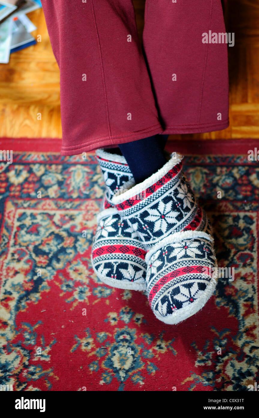 Signora anziana indossando le pantofole. Immagini Stock