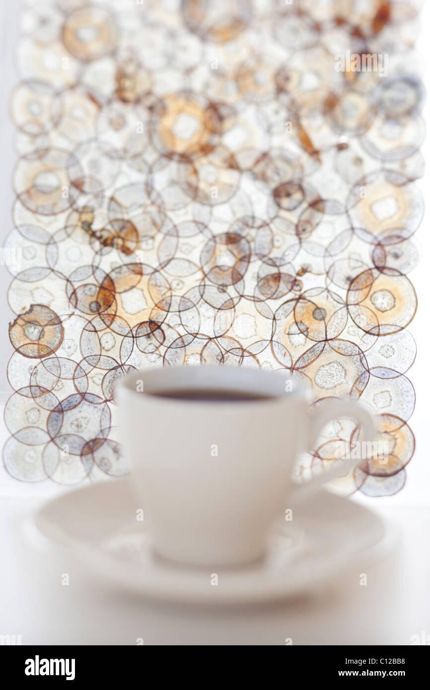 Fuori fuoco tazza da tè con andamento circolare dietro di essa Immagini Stock