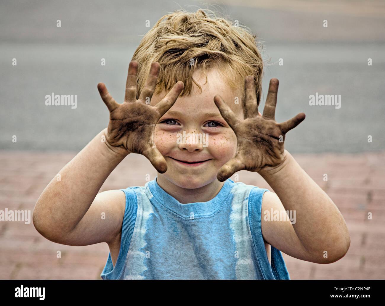 Ragazzo con le mani sporche. Immagini Stock