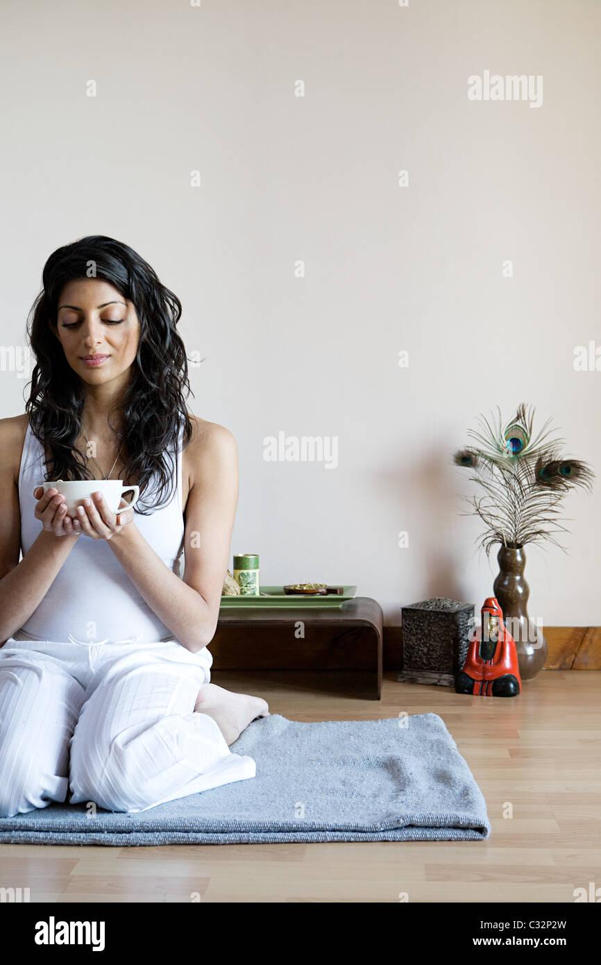Le donne di bere il tè alle erbe Immagini Stock