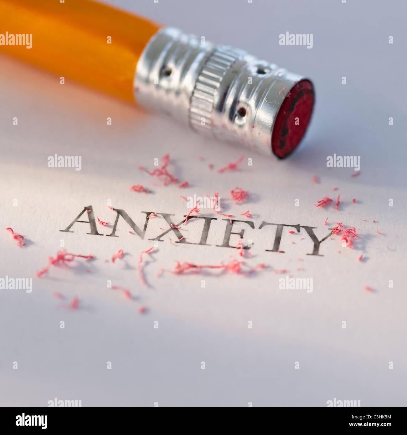 Studio shot di matita di cancellare la parola ansia dal pezzo di carta Immagini Stock
