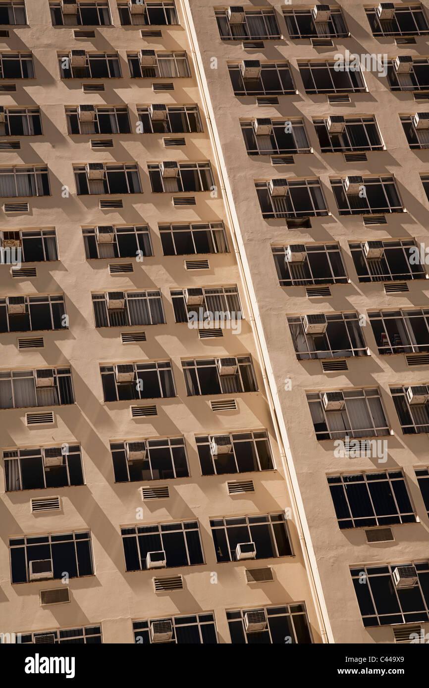 Blocco a torre di appartamenti con aria condizionata su ogni finestra Immagini Stock