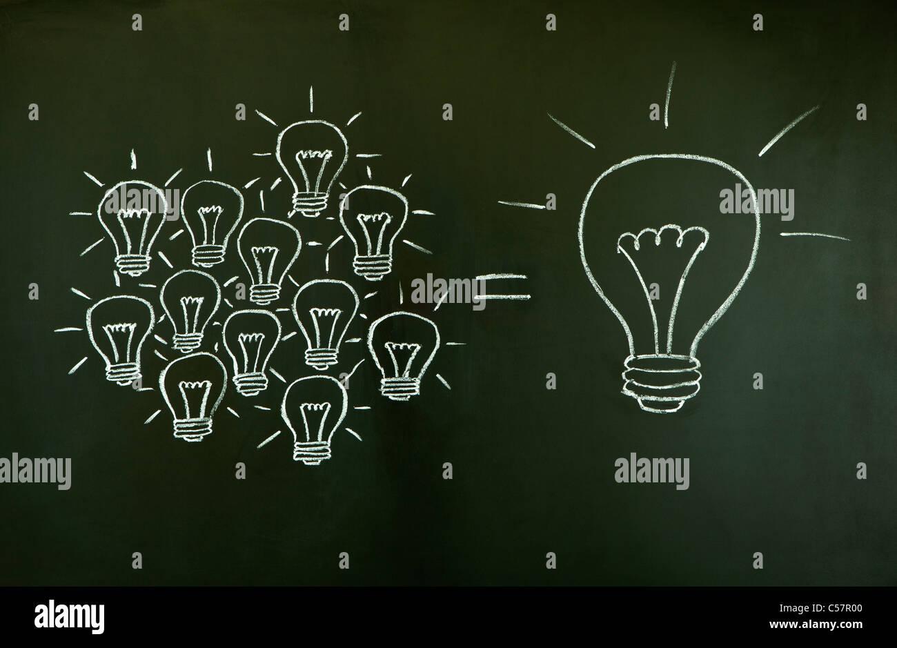 Molte piccole idee uguale uno grande, illustrata con un gessetto disegnate le lampadine della luce su una lavagna. Immagini Stock