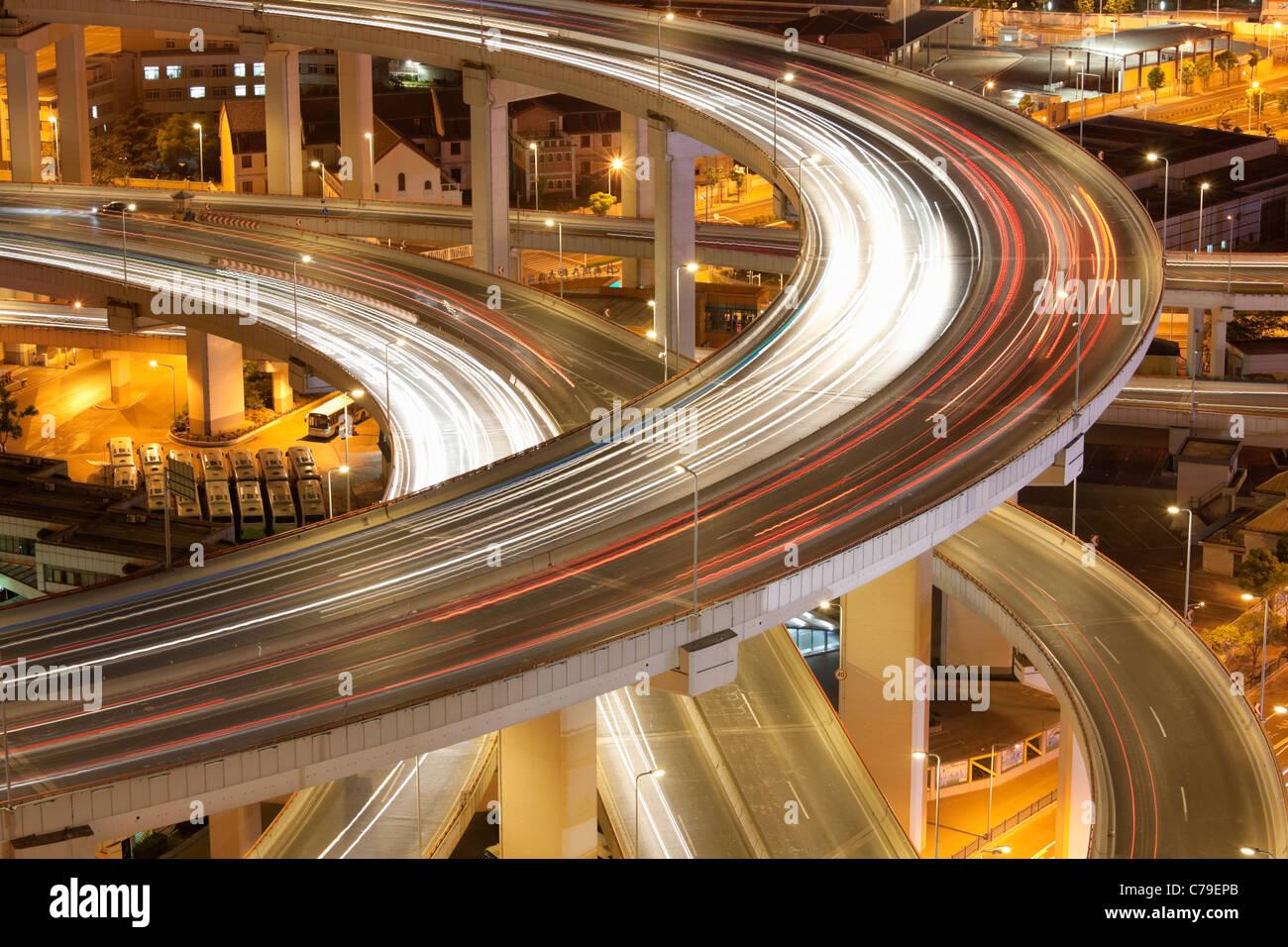 Il traffico sul Ponte di Nanpu rotonda al crepuscolo; Dongjiadu: Shanghai, Cina Immagini Stock
