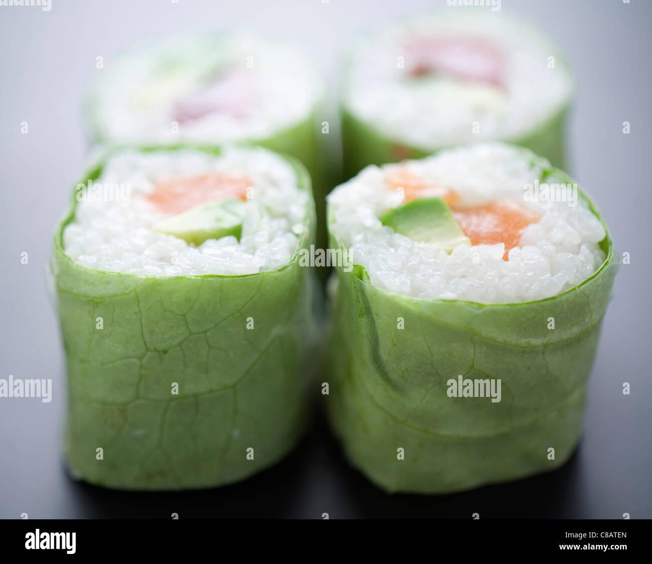 Salmone e insalata di avocado makis Immagini Stock