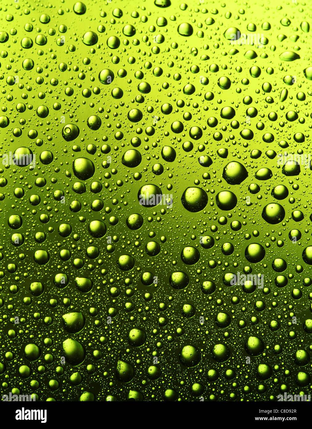 Texture di gocce d'acqua sulla bottiglia di birra. Immagini Stock