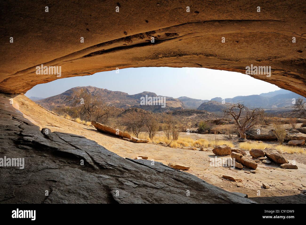 Rock shelter Phillipp's Cave con vista su savannah, Ameib, Erongo mountains, Namibia Immagini Stock